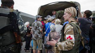 Des soldats ukrainiens viennent en aide à la population de Slaviansk (Ukraine), le 6 février 2015. (SERGII KHARCHENKO / NURPHOTO / AFP)