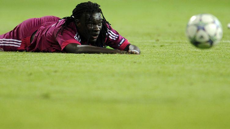Bafétimbi Gomis, le nez dans le gazon, après la défaite de Lyon sur la pelouse du Real Madrid (0-4) le 18 octobre 2011. (Dani Pozo / AFP)