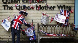 Un citoyen britannique patiente devant la maternité de l'hôpital Saint Mary de Londres, le 29 avril 2015, où doit accoucher la duchesse Kate. (  REUTERS)