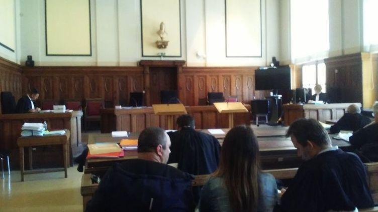 Les parents de Maëlys (premier plan) attendent le début du procès, devant letribunal correctionnel deSarreguemines, d'un homme qui a insulté leur fille sur Facebook. (RADIO FRANCE / CÉCILE SOULÉ)