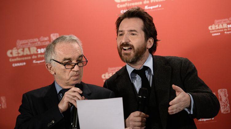 Le président de l'Académie des César, Alain Terzian, et le maître de cérémonie de la 40e édition, Edouard Baer, annoncent les nominations, le 28 janvier 2015 à Paris. (STEPHANE DE SAKUTIN / AFP)