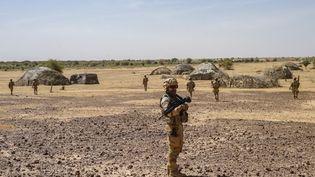 Patrouille de soldats français de la force Barkhane au Mali, dans la région du Gourma, janvier 2021. (FREDERIC PETRY / HANS LUCAS)