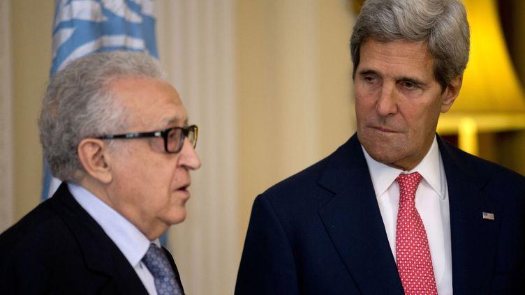 Le représentant spécial de l'ONU, Lakhdar Brahimi, rencontre le secrétaire d'Etat américain, John Kerry, le 14 octobre 2013 à Londres (Royaume-Uni). (JACQUELYN MARTIN / AFP)