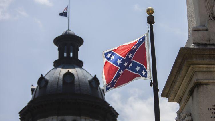 Le drapeau confédéré flotte devant le Capitole de Caroline du Sud, à Columbia (Etats-Unis), le 25 juin 2015. (SAMUEL CORUM / ANADOLU AGENCY / AFP)