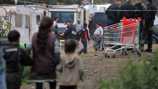 Des policiers procèdent au démantèlement d'un camp de Roms près de Lille (Nord), le 9 août 2012. (PATRICK DELCROIX / LA VOIX DU NORD / MAXPPP)