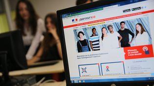 Les élèves consultent la plateforme Parcoursup, pour décider de leurs voeux d'affectation, à Mulhouse, le 23 mai 2018. (MAXPPP)
