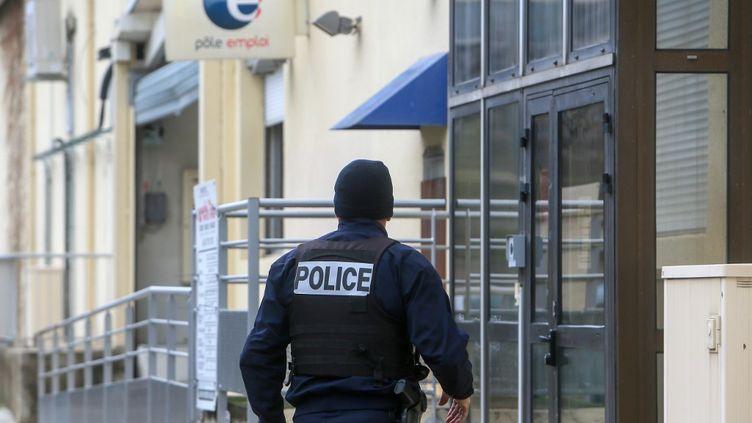 Un policier aux abords de l'agence Pôle emploi où une conseillère a été tuée par balle à Valence (Drôme), le 28 janvier 2021. (NICOLAS GUYONNET / HANS LUCAS / AFP)