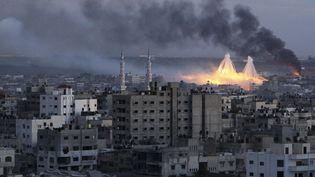 """Du phosphore blanc explose au-dessus de la ville de Gaza, lors de l'opération """"Plomb durci"""", le 8 janvier 2009. (MOHAMMED SALEM / REUTERS)"""