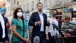 La maire sortante de Paris Anne Hidalgo et son colistier David Belliard, le 2 juin 2020 à Paris. (FRANCOIS GUILLOT / AFP)