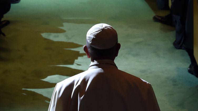 Le pape François arrive au siège de l'ONU, vendredi 25 septembre 2015 à New York (Etats-Unis). (TIMOTHY A. CLARY / AFP)