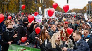 Plusieurs milliers d'opposants aux restrictions sanitaires défilent dans les rue de Berlin (Allemagne), mercredi 18 novembre 2020. (ODD ANDERSEN / AFP)