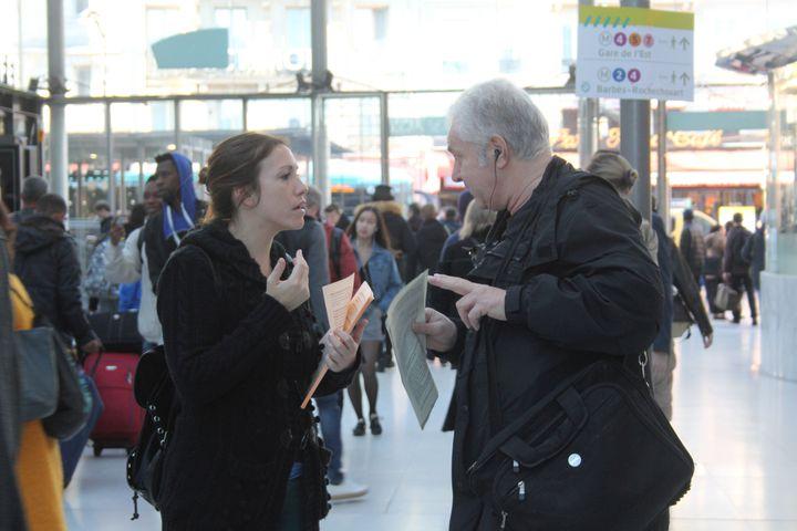 Une cheminote en grève discute avec un voyageur opposéau mouvement social, mercredi 11 avril 2018, à la gare du Nord, à Paris. (MAHAUT LANDAZ / FRANCEINFO)