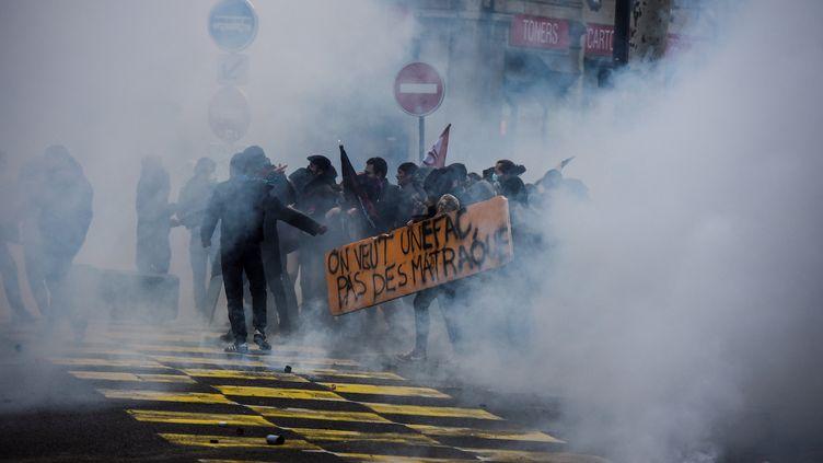 Des lycéens manifestent à Lyon, le 7 décembre 2018. (JEAN-PHILIPPE KSIAZEK / AFP)