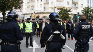 """Des forces de l'ordre mobilisées lors d'une manifestation des """"gilets jaunes"""", à Biarritz (Pyrénées-Atlantiques), le 18 décembre 2018. (LAURENT FERRIERE / HANS LUCAS / AFP)"""