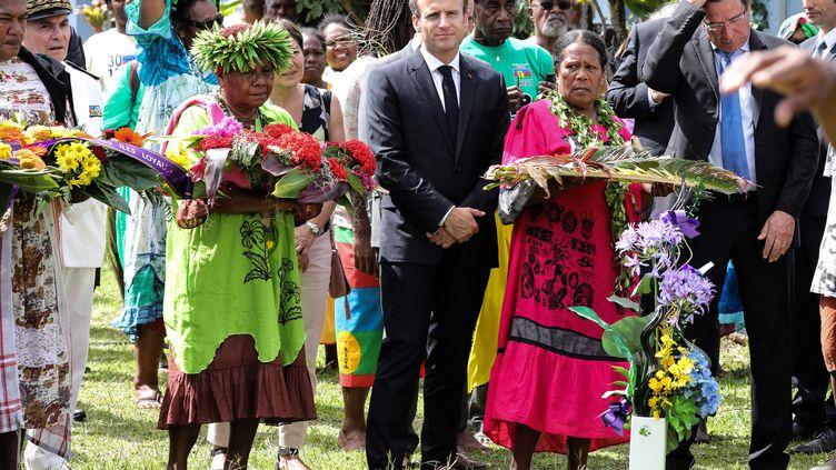 Emmanuel Macron lors de la cérémonie en mémoire des 19 indépendantistes kanaks tués lors de la prise d'otage de 1988, samedi 5 mai. (LUDOVIC MARIN / AFP)