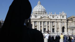Une religieuse place Saint-Pierre-de-Rome, au Vatican. (MAXPPP)