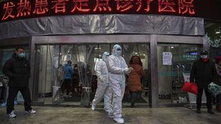 L'entrée d'un hôpital de Wuhan (Chine) le 25 janvier 2020, en pleine épidémie de coronavirus. (HECTOR RETAMAL / AFP)