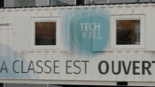 """À Lens, dans le Pas-de-Calais, un camion itinérant, appelé """"digitruck"""", propose un apprentissage et des formations pour les habitants désireux développer leurs connaissances et mieux utiliser leur ordinateur ou leur smartphone. (CAPTURE ECRAN FRANCE 2)"""
