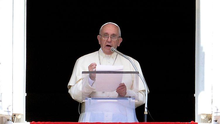 Le pape François, prononce la prière de l'Angelus, au-dessus de la place Saint-Pierre, au Vatican, le 6 septembre 2015. (FILIPPO MONTEFORTE / AFP)