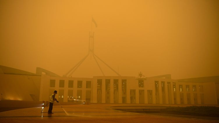 Le Parlement d'Australie à Canberra sous un épais nuage de fumée, le dimanche 5 janvier 2020. (STRINGER / REUTERS)