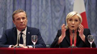 Marine Le Pen, présidente du FN, et Nicolas Dupont-Aignan, président deDebout la France, lors d'une conférence de presse, à Paris, le 29 avril 2017. (GEOFFROY VAN DER HASSELT / AFP)