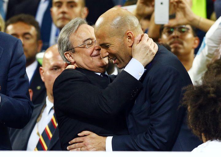 Le président du Real, Florentino Perez, enlace son entraîneur Zinédine Zidane (KIERAN MCMANUS / BACKPAGE IMAGES LTD)