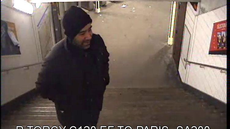 Des images de vidéosurveillance montrent le suspect dans les couloirs du métro et du RER, le 28 janvier 2015. ( DR )