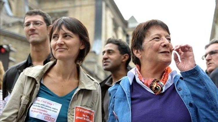 Nathalie Arthaud, candidate de Lutte Ouvrière, et Arlette Laguiller (BERTRAND LANGLOIS / AFP)