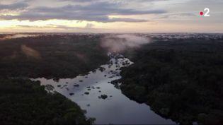 Le fleuve Amazone et long de 7000 kilomètres. Des rives qui regorgent de trésors, un écosystème unique au monde protégé par des populations indigènes. 2,5 millions de touristes s'y pressent chaque année. (France 2)