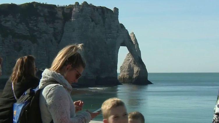 Lors de ce week-end du 16 et 17 octobre, c'est l'été indien dans l'hexagone et les Français comptent bien en profiter. (Capture d'écran France 3)
