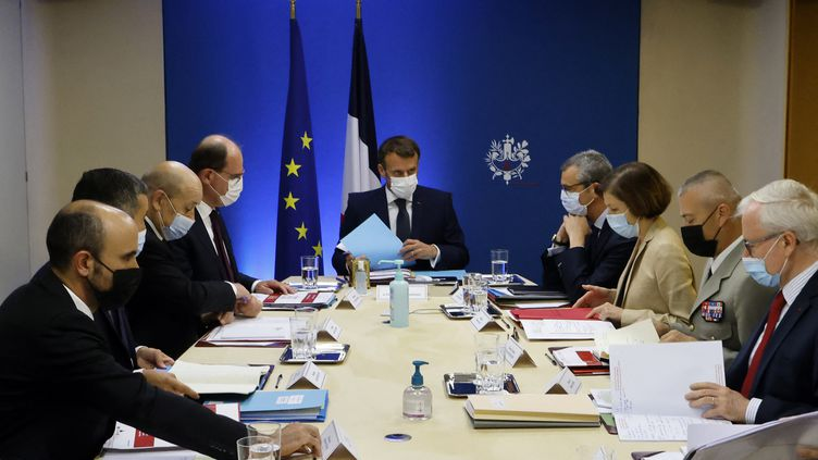 Emmanuel Macron entouré de membres du gouvernemententame une réunion de sécurité nationale pour discuter du logiciel espion Pegasusà l'Elysée à Paris, le 22 juillet 2021. (LUDOVIC MARIN / AFP)