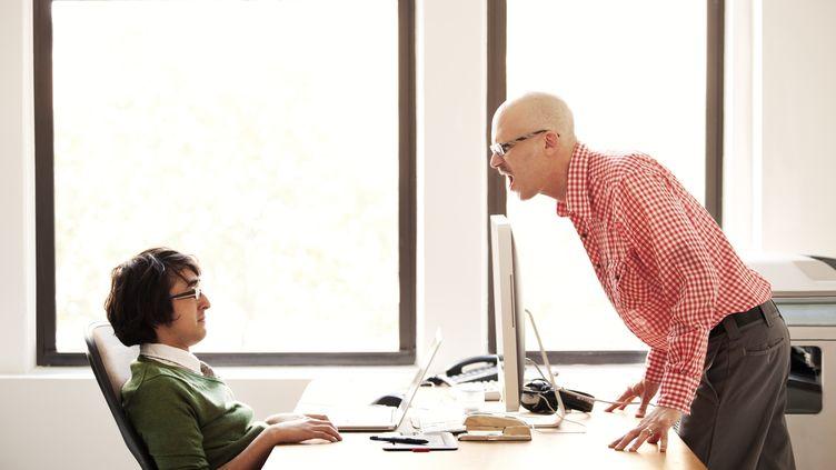Méthode douce ou agressive ? Les techniques de motivation des salariés varient selon les entreprises et les pays. (CAVAN IMAGES / ICONICA / GETTY IMAGES)