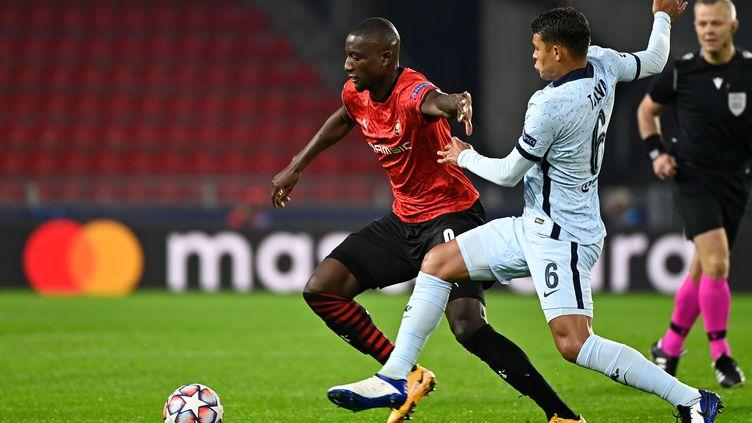 Serhou Guirassy (Rennes) face à Thiago Silva (Chelsea). (DAMIEN MEYER / AFP)