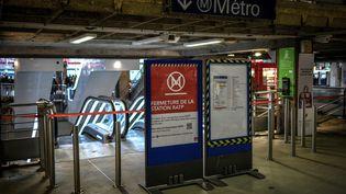 Une station de métro fermée à la gare Montparnasse, le 2 janvier 2020. La grève contre la réforme des retraites est entrée dans son 2e mois de mobilisation. (STEPHANE DE SAKUTIN / AFP)