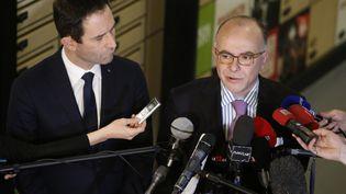 Bernard Cazeneuve et Benoît Hamon. (GEOFFROY VAN DER HASSELT / AFP)