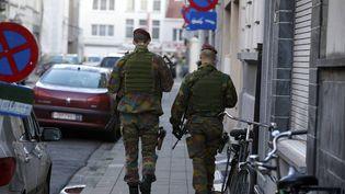 Des soldats belges patrouillent dans les rues d'Anvers (Belgique), samedi 17 janvier 2015, après le démantèlement d'une cellule de présumés jihadistes. (NICOLAS MAETERLINCK / BELGA MAG / AFP)