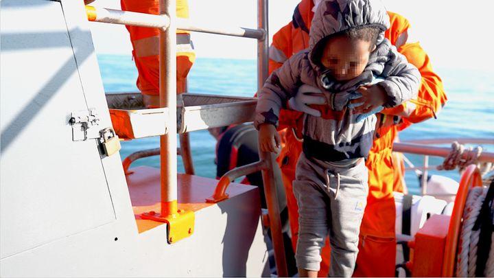 Un enfant secouru en mer par les sauveteurs de la SNSM, le 21 septembre 2021. (PIERRE-LOUIS CARON / FRANCEINFO)