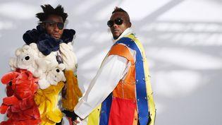 A l'occasion du vernissage de l'exposition Le Bord Des Mondes, le Palais de Tokyo accueillait le 16 février 2015 les rois de la S.A.P.E (Société des Ambianceurs et Personnes Elégantes) venus spécialement du Congo pour rendre hommage, lors d'un défilé aux créateurs Yohji Yamamoto et Jean-Charles de Castelbajac, dieux de la mode auxquels ils vouent un culte absolu.  (LOIC VENANCE / AFP)