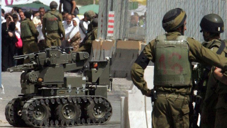 Un robot utilisé parl'armée israélienne pour la recherche d'explosifs, en2008 à Naplouse. (JAAFAR ASHTIYEH / AFP)