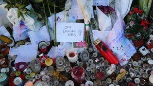 Des bougies et des messages devant la salle de concert du Bataclan à Paris, le 26 novembre 2015. (ALAIN ROBERT/APERCU/SIPA)