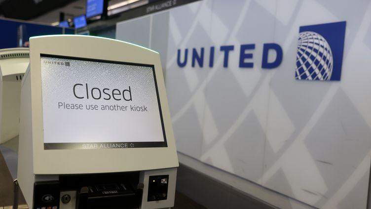 Un guichet fermé à l'aéroport international de San Francisco, le 8 juillet 2020. (JUSTIN SULLIVAN / GETTY IMAGES / AFP)