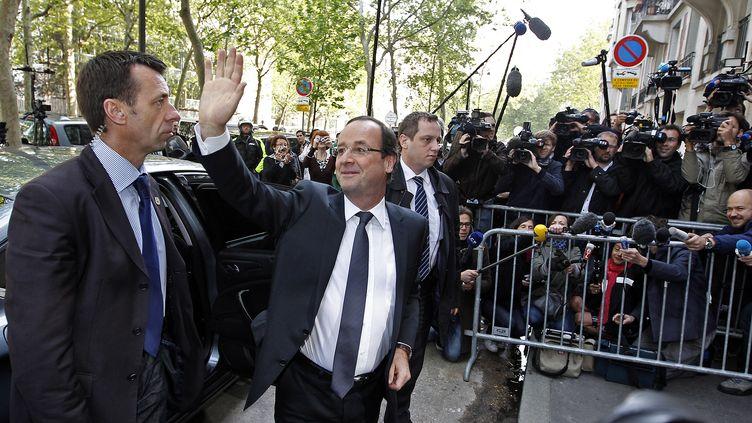 Le président élu François Hollande salue ses partisans à son arrivée à son ancien QG de campagne, le 7 mai 2012, à Paris. (ERIC GAILLARD / REUTERS)