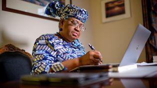 La Nigériane Ngozi Okonjo-Iweala à son domicile du Maryland, près de Washington DC, quelques minutes avant qu'elle ne soit confirmée comme la première dirigeante africaine de l'Organisation mondiale du commerce, le 15 février 2021. (Eric BARADAT / AFP)
