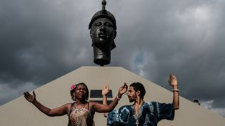 Des personnes se recueillentdevant le monument à Zumbi dos Palmares, avant le début de la cérémonie célébrant la journée nationale de sensibilisation aux problèmes des Noirs, le 20 novembre 2016 à Rio de Janeiro, au Brésil. (YASUYOSHI CHIBA / AFP)