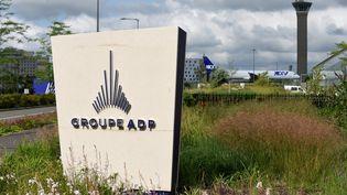 Le logo du groupe Aéroports de Paris, à Tremblay-en-France (Seine-Saint-Denis), le 14 juin 2018. (ERIC PIERMONT / AFP)