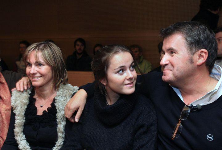 Paul François avec son épouse et l'une de ses filles à l'ouverture du procès contreMonsantopour son intoxication, au palais de justice de Lyon (Rhône), le 12 décembre 2011. (MAXPPP)