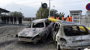 Des voitures incendiées près de la gare de Moirans (Isère), le 21 octobre 2015. (PHILIPPE DESMAZES / AFP)