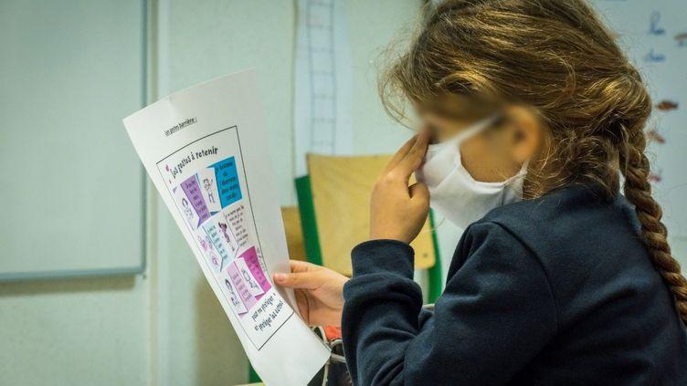 Une fille portant un masque à l'école à Vesoul (Haute-Saône). Photo d'illustration. (Jean-François Fernandez / RADIO FRANCE)