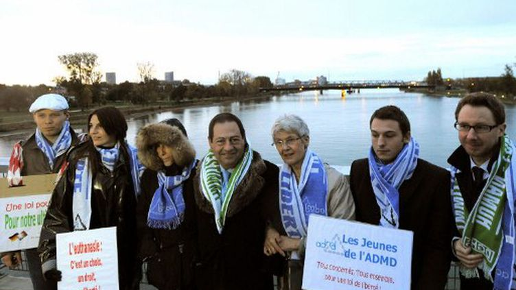 Jean-Luc Roméro (ADMD) avec Elke Baezner , présidente de l'ADMD allemande (PATRICK HERTZOG / AFP)