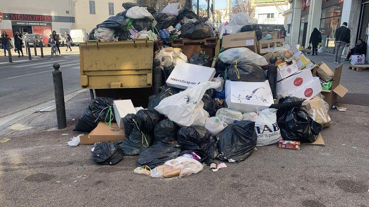 Des poubelles qui débordent dans le 6e arrondissement de Marseille en raison de la grève des éboueurs (JULIEN PASQUALINI / FRANCE-INFO)